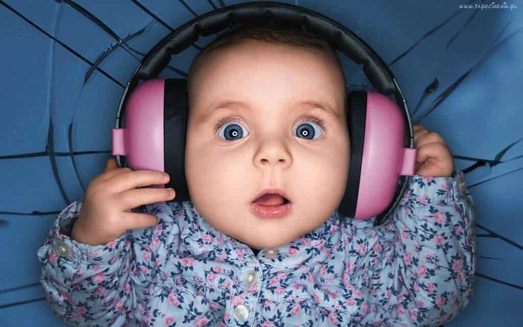 beby-headphones-big-eyes
