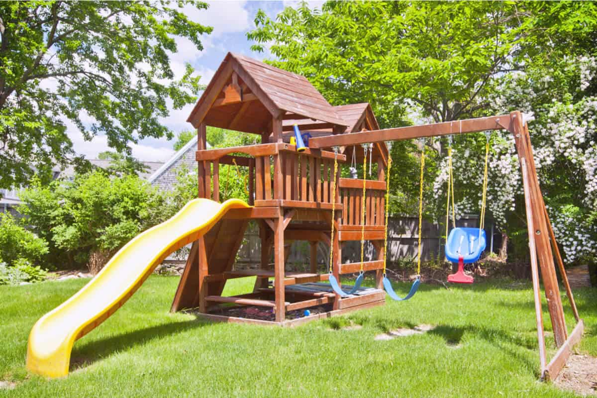 best backyard swing sets an ultimate buyer guide homeschoolbase. Black Bedroom Furniture Sets. Home Design Ideas